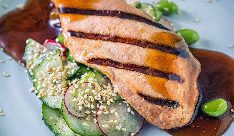 Лосось - гриль с овощным салатом