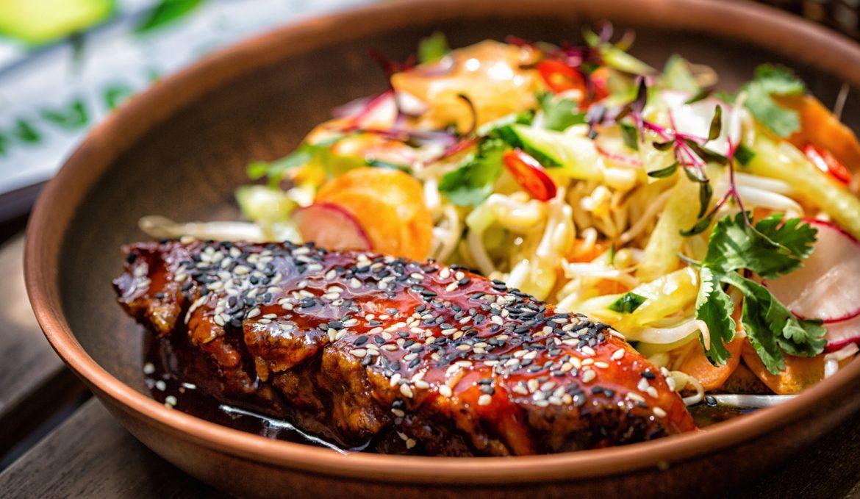 Лосось терияки с овощным салатом