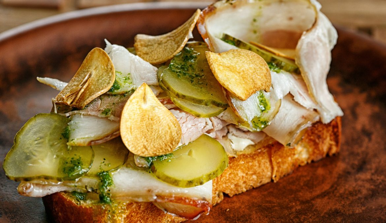Рулет из свиной грудинки на картофельной булке