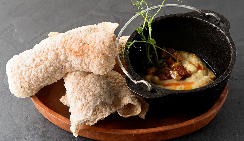 Арабский хумус с пшеничными чипсами и вялеными томатами