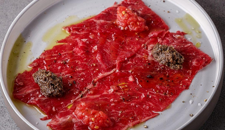 Карпаччо из мраморной говядины с трюфельной пастой и томатами