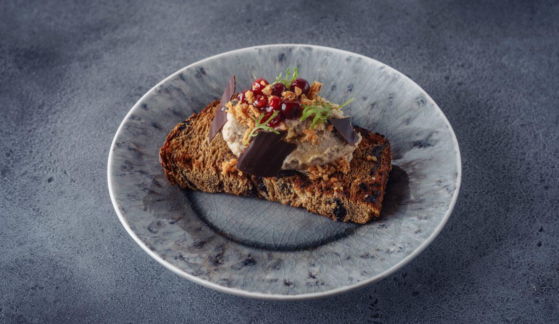 Паштет из утки с шоколадом на хлебе с черносливом и фундуком