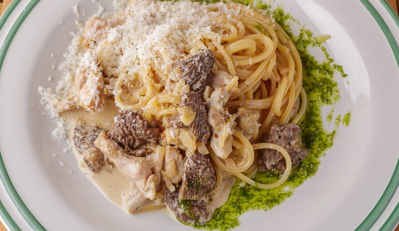 Спагетти с цыплёнком и сморчками в сливочном соусе