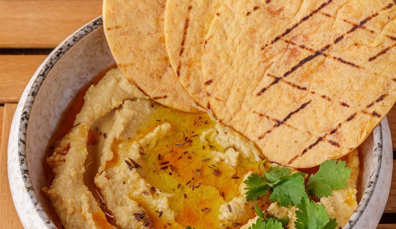 Арабский хумус с печеной тортильей