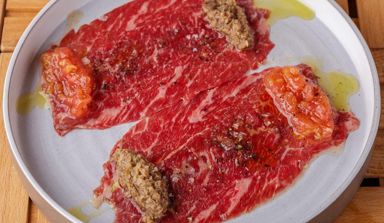 Карпаччо из мраморной говядиы с трюфельной пастой и томатами
