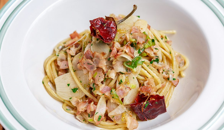Острые спагетти с беконом