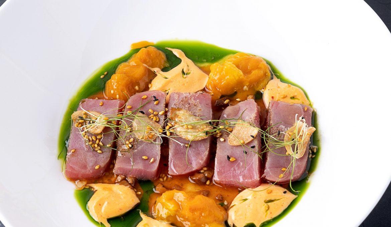 Татаки из тунца с манго и ореховым соусом