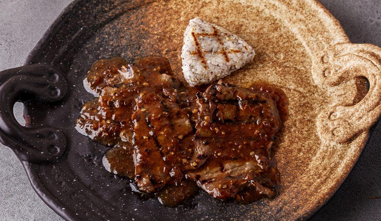 Говядина якинику с жареным рисом и соусом из чёрного перца