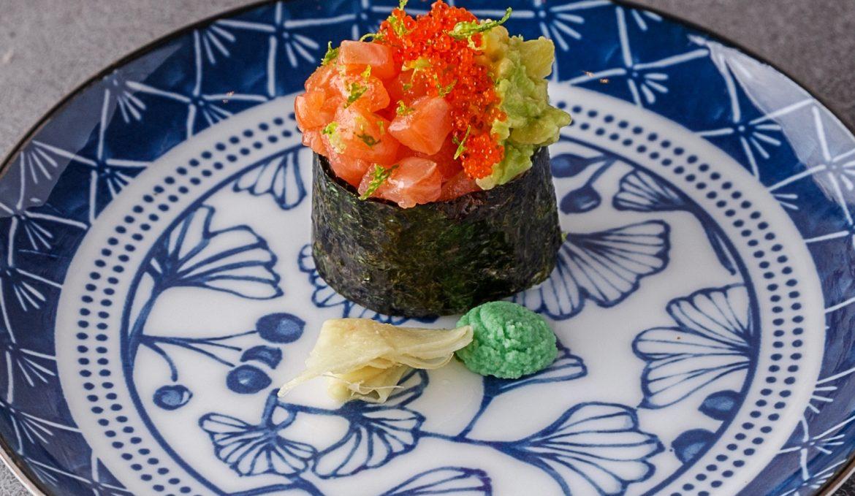 Гункан с лососем и авокадо