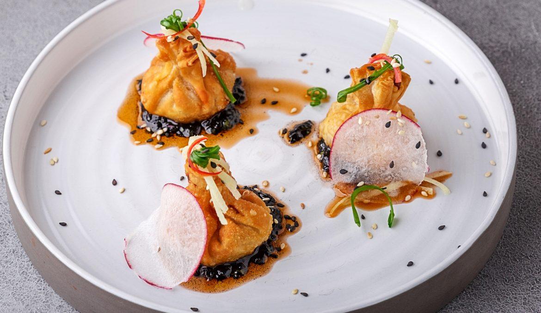 Жареные вонтоны с креветками и соусом из чернил каракатицы