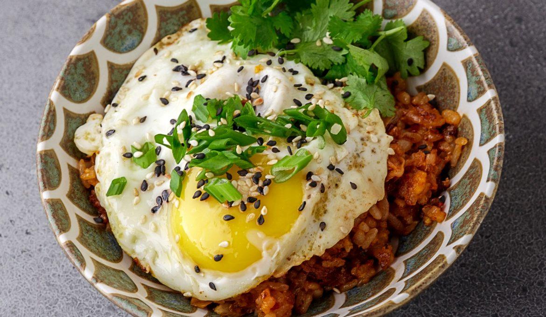 Жареный рис с капустой кимчи и глазуньей