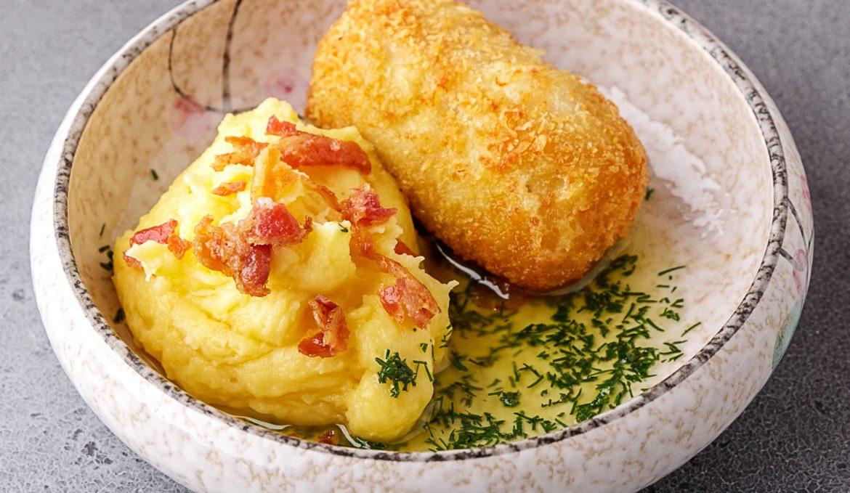 Котлета по-киевски с сырным картофелем и хрустящим беконом