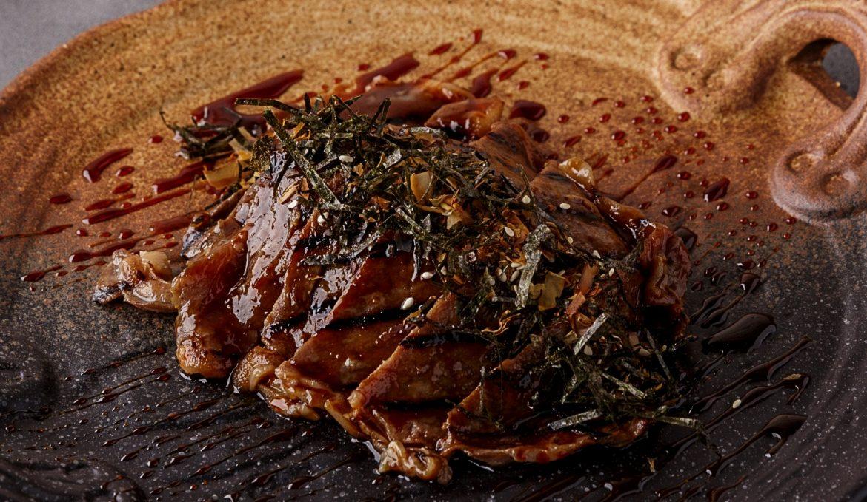 Стриплойн якинику с маринованным рисом и копчёным тунцом