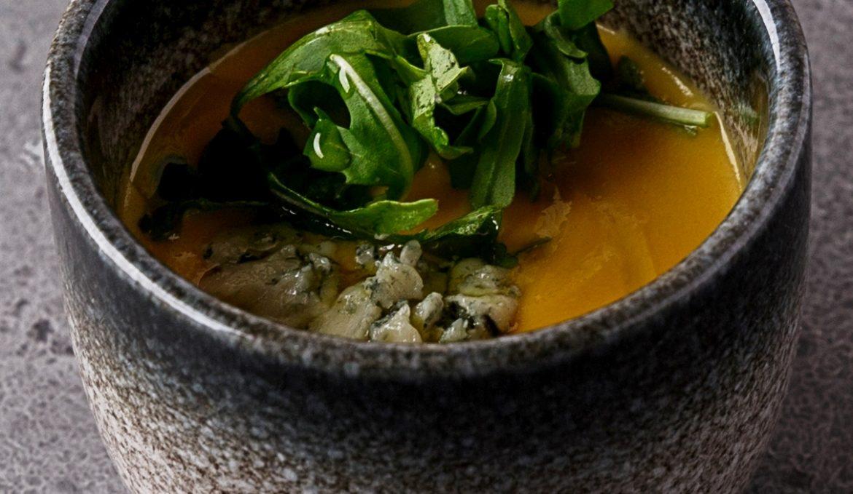 Суп из сладкой кукурузы с рукколой и сыром Дор Блю