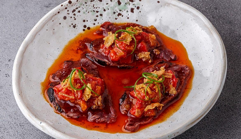 Татаки из говядины в соусе Табаджан с перечной сальсой