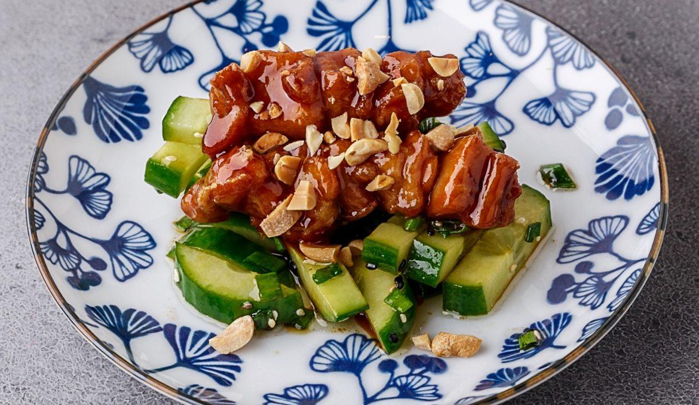 Цыплёнок терияки с огуречным салатом и жареным арахисом