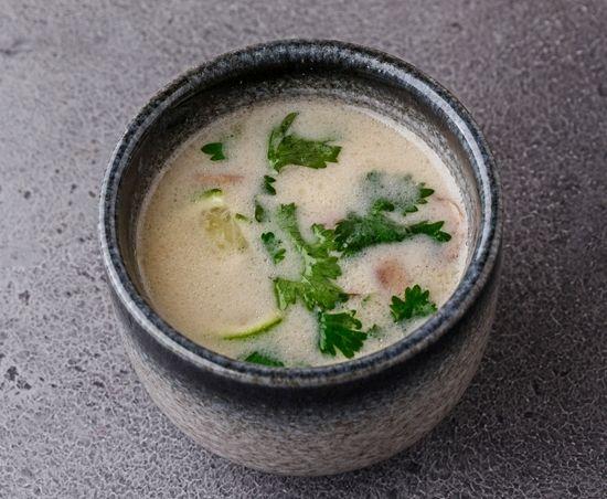 Кокосовый суп с томлёным цыплёнком и тайскими травами