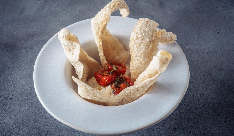 Рийет из тунца с вялеными томатами и пшеничными чипсами