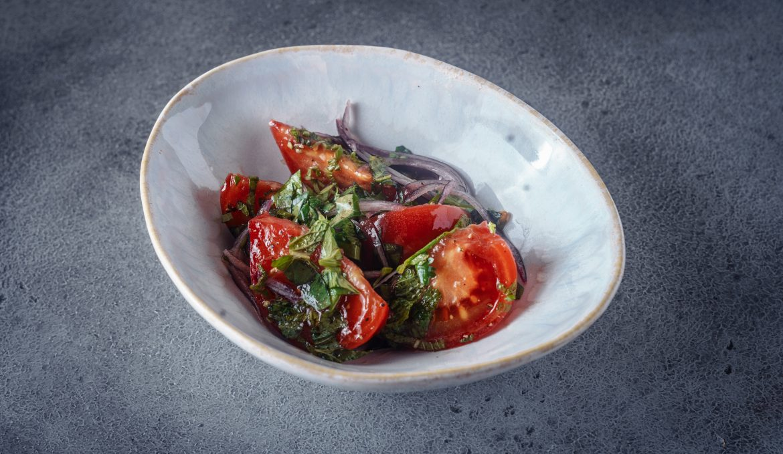 Салат из сладких томатов с ароматными травами