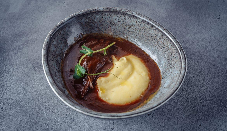 Томлёная телятина в соусе Порто с Алиго