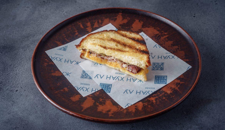 Кубинский сэндвич с копчёным окороком и сыром Чеддер