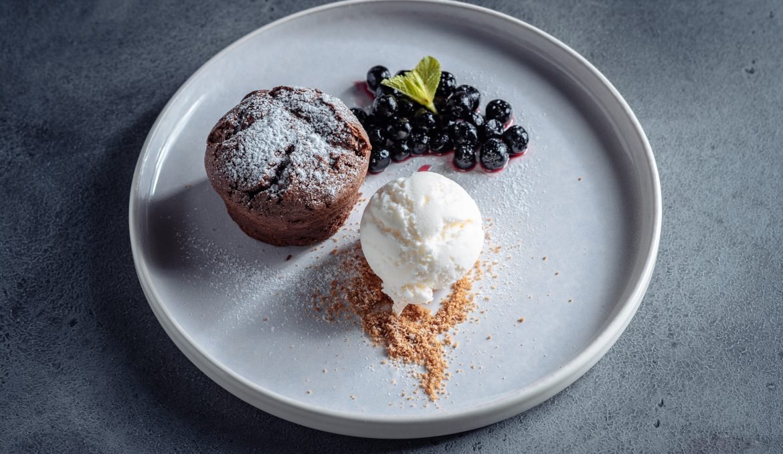 Шоколадный кекс с черноплодной рябиной