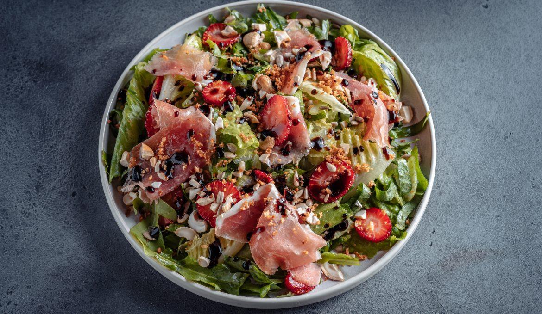 Зеленый салат с Прошутто, жареным кешью и клубникой