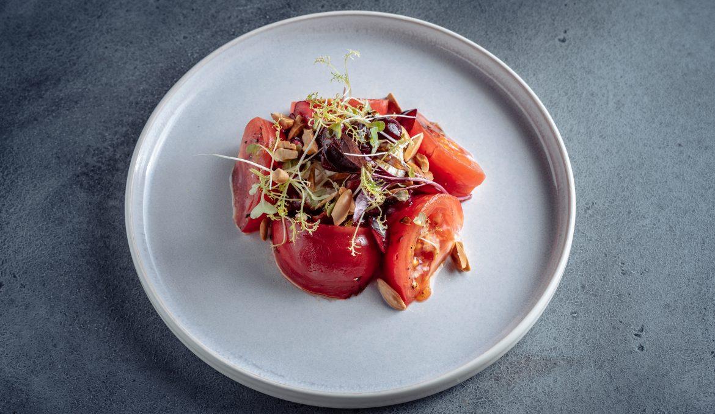 Салат из томатов с домашней рикоттой, миндалем и черешней