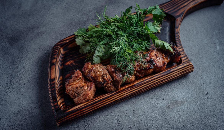 Шашлык из свинины, маринованной в грузинской аджике и зелени